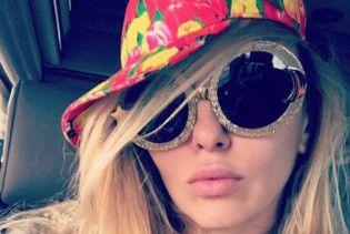 В пестром купальнике и кепке с тюльпанами: Оля Полякова наслаждается хорошей погодой