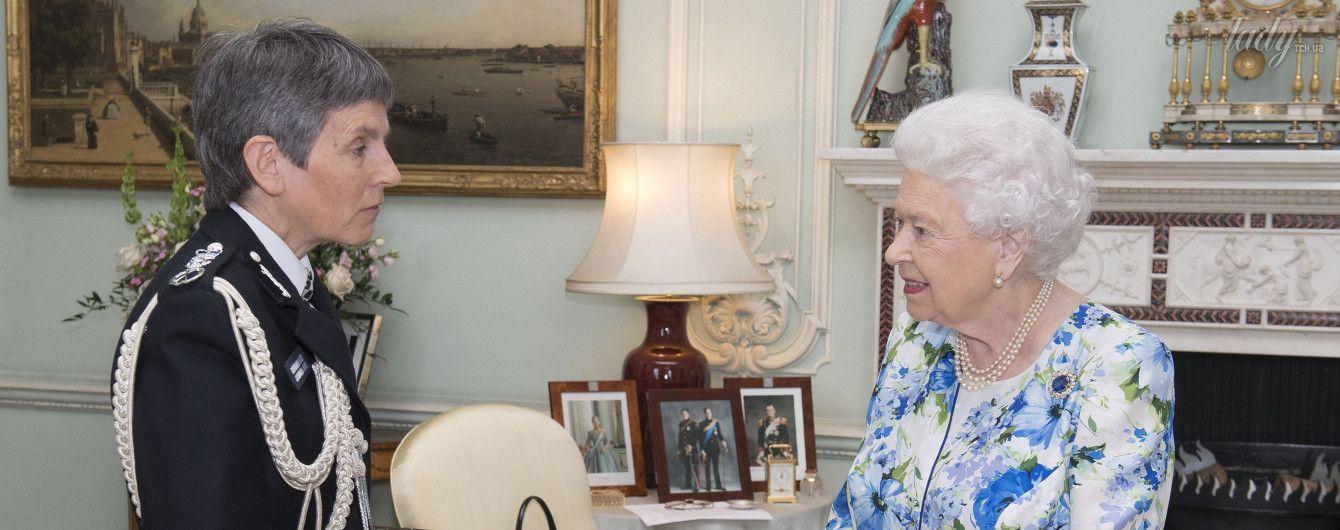 Яркая и стильная: 91-летняя королева Елизавета II надела платье с цветочным принтом