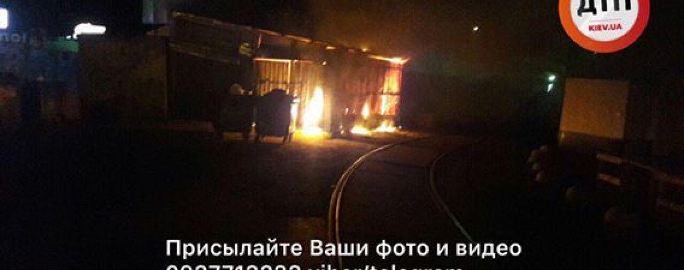 В Киеве огонь охватил рынок на площади Шевченко