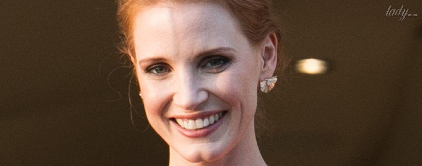 В скромном платье и без украшений: Джессика Честейн вышла замуж