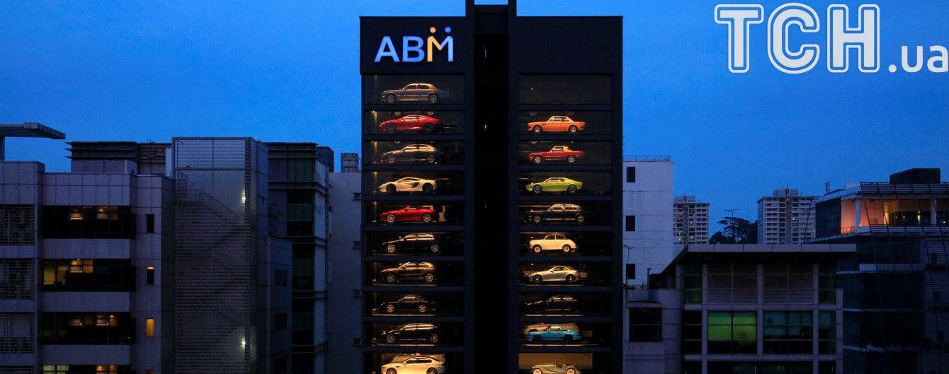 В Сингапуре посреди улицы открыли 15-этажный автомат по продаже элитных автомобилей