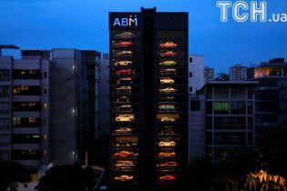 У Сінгапурі посеред вулиці відкрили 15-поверховий автомат з продажу елітних автомобілів