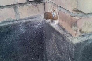 В Марьинке в стене школы обнаружили неразорвавшийся снаряд