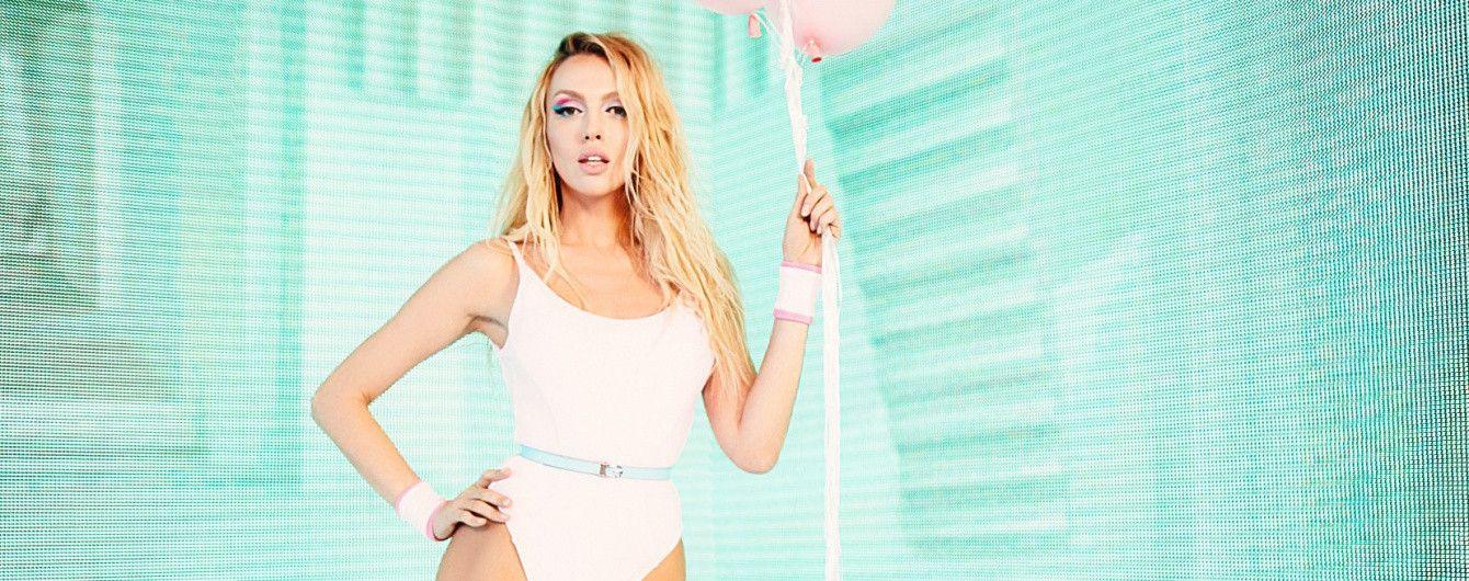В купальнике, розовой юбке и золотом боди: Оля Полякова в новом клипе продемонстрировала сексуальную фигуру
