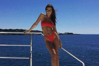 Отдых на яхте: Эмили Ратажковски в ярком бикини показала упругие ягодицы