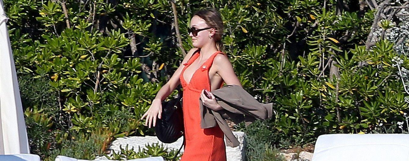 Лили-Роуз Депп сходила на обед в алом платье со смелым декольте