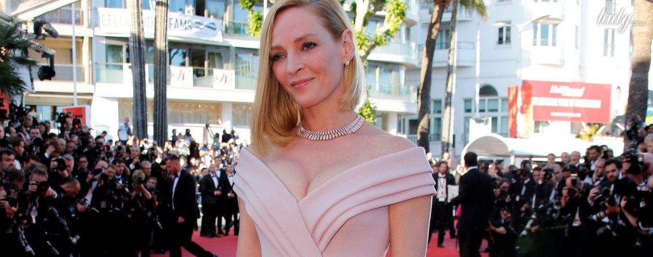 В отличной форме: Ума Турман подчеркнула декольте красивым платьем от Versace