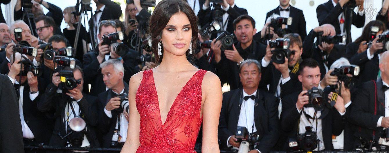 Просто красавица: Сара Сампайо в алом платье блистала на красной дорожке в Каннах