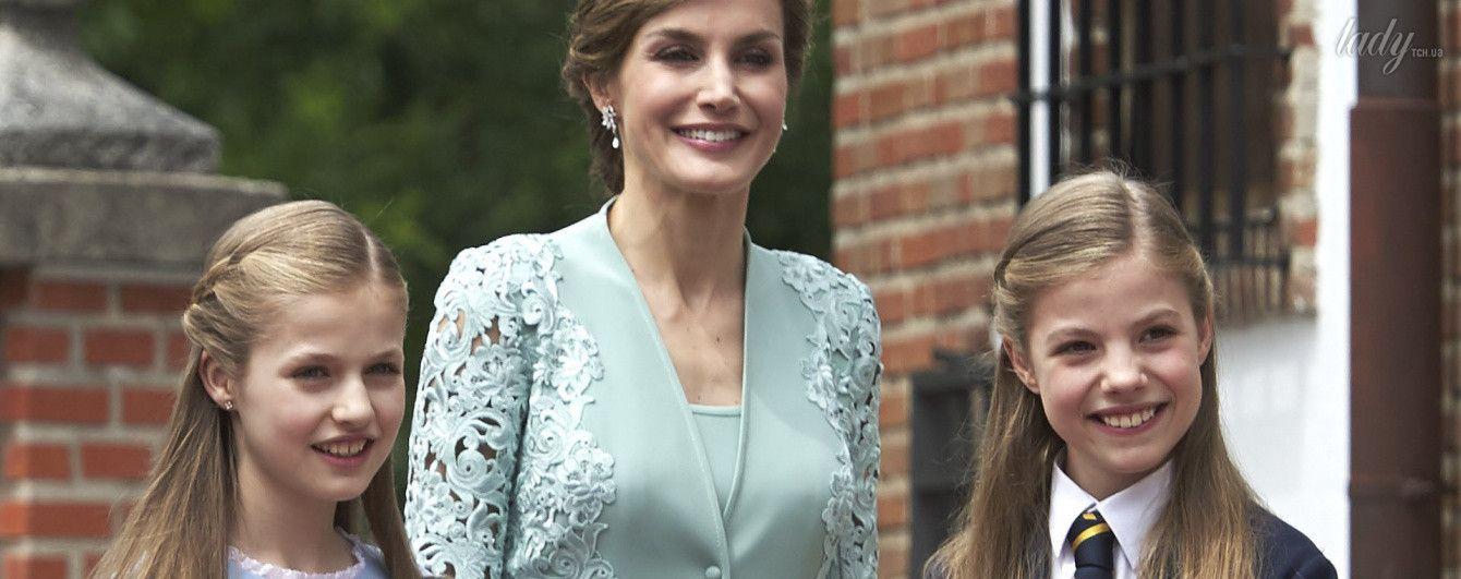 В пальто с кружевными рукавами: королева Летиция с дочками на торжественном событии