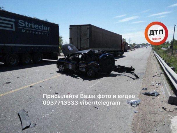 Под Киевом автомобиль охранной фирмы занесло под фуру