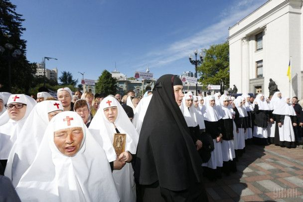 """Крестятся и читают """"Отче наш"""": под Радой тихо митинговали священники"""