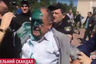 На Одесчине чиновника облили зеленкой и пихали в помойку из-за земли для церкви
