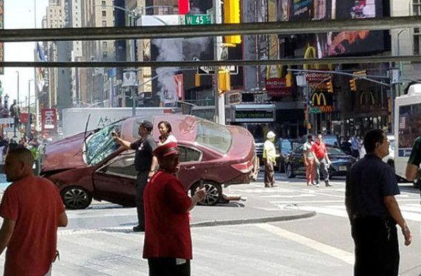 Червона Honda та поранені перехожі: з'явилися фото наїзду на натовп у Нью-Йорку
