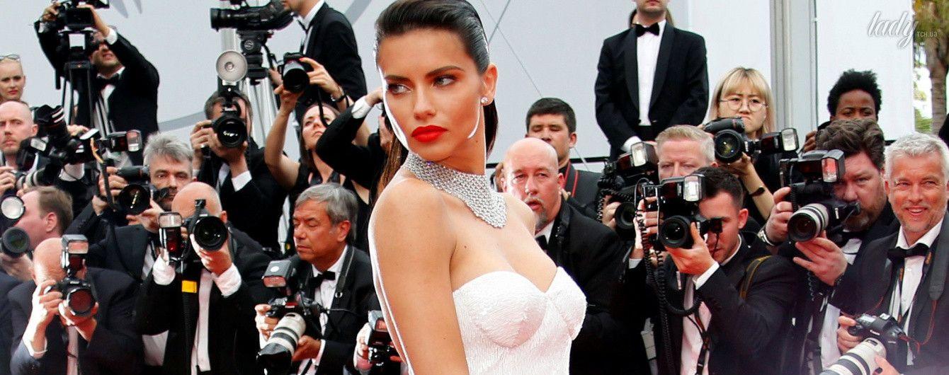 В белом платье и с красными губами: эффектная Адриана Лима блистает на дорожке в Каннах