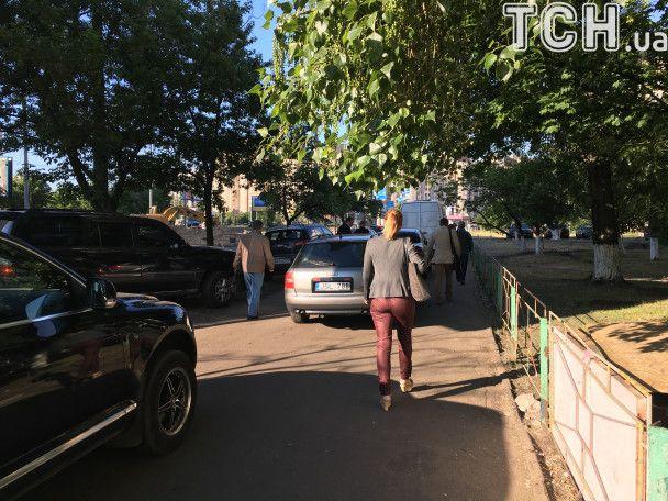 Перекрытая дорога и залитый водой асфальт: появились фото после прорыва теплосети в Киеве