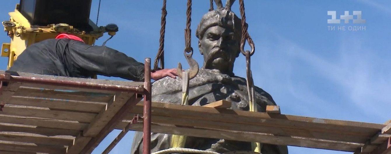 В Чернигове развернули памятник Хмельницкому задом к Москве