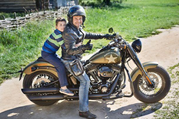 Виктор Павлик оседлал железного коня, и снял маму и внука в новом клипе