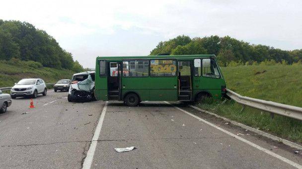 На Харківщині легковик влетів у три транспортні засоби на зустрічній смузі: постраждало 11 осіб