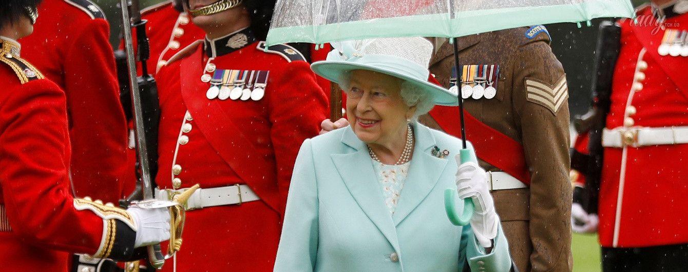 В голубом наряде и с улыбкой: 91-летняя королева Елизавета II продемонстрировала нежный образ