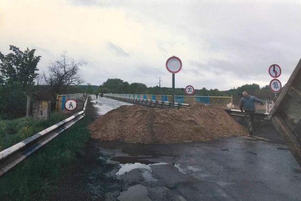 На Харьковщине обрушилась часть 245-метрового моста