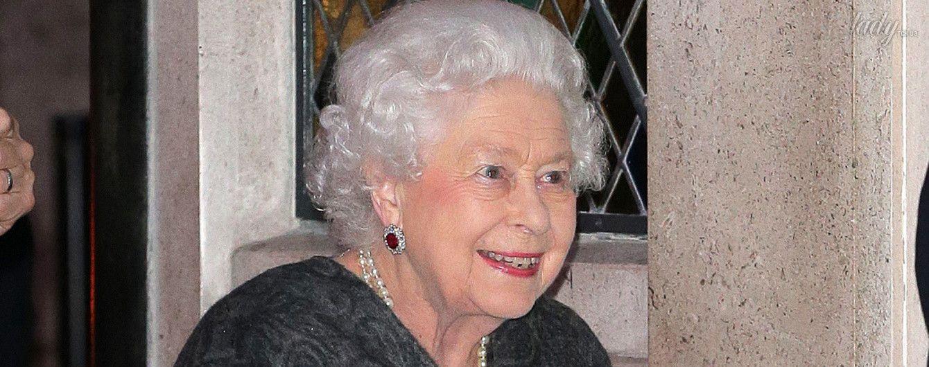 В рубиновых серьгах и с новой сумкой: королева Елизавета II сходила в ресторан