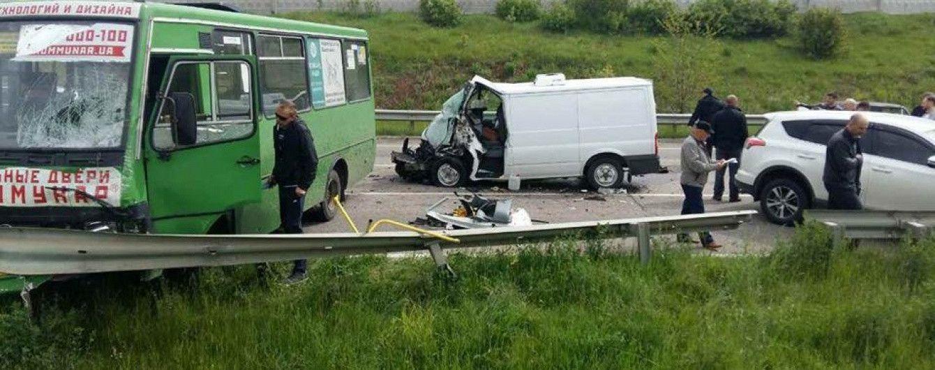 На Харьковщине фургон Ford протаранил три транспортных средства