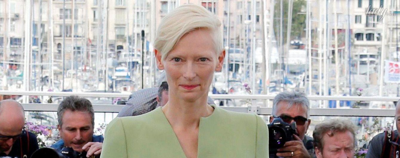 С бритым затылком и в фисташковом костюме: нереальная Тильда Суинтон в Каннах