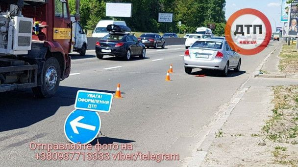 В Киеве автомобиль насмерть сбил пешехода, который перебегал Набережное шоссе