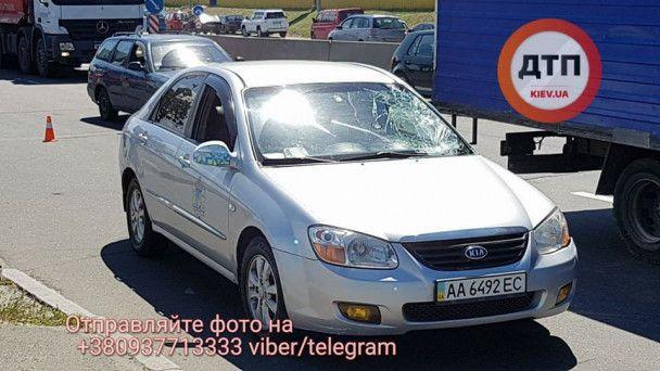 У Києві автомобіль на смерть збив пішохода, який перебігав Набережне шосе