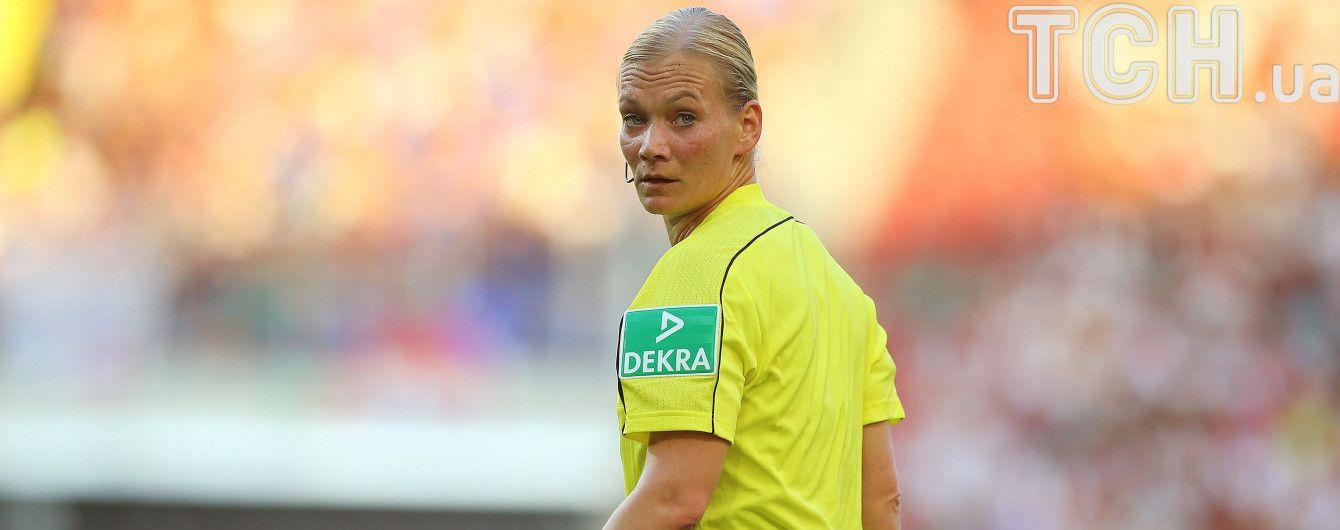 Жінка-арбітр, яку футболіст погладив по грудях, судитиме матчі німецької Бундесліги