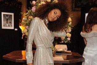 19-летняя девушка Венсана Касселя в прозрачном платье показала фигуру