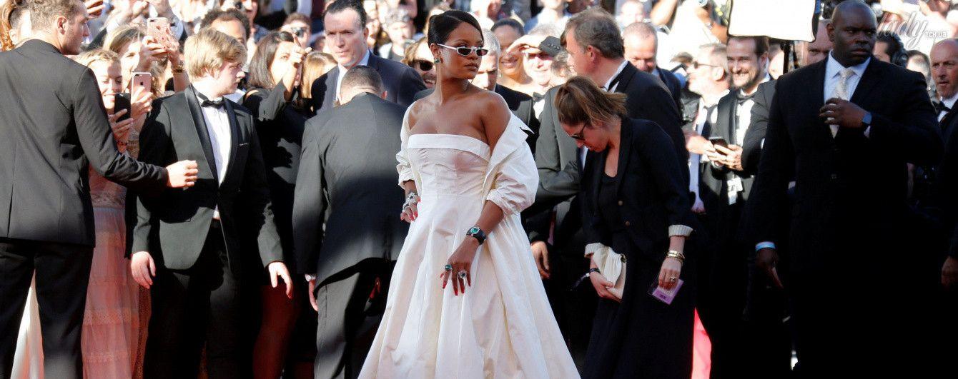 В пышном белом платье и с изумрудами в ушах: образ Рианны на красной дорожке в Каннах