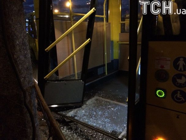 В Киеве водитель во время движения сломал дверь троллейбуса и засыпал стеклом пассажиров