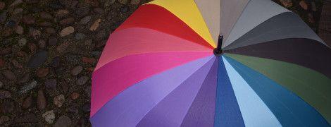 Примхи природи: в Ірландії під час прямого ефіру ведучого з парасолькою здуло вітром