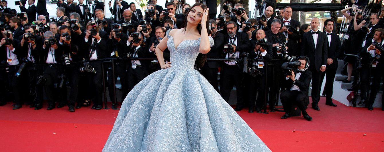 Айшвария Рай в красивом платье с откровенным декольте на красной дорожке в Каннах