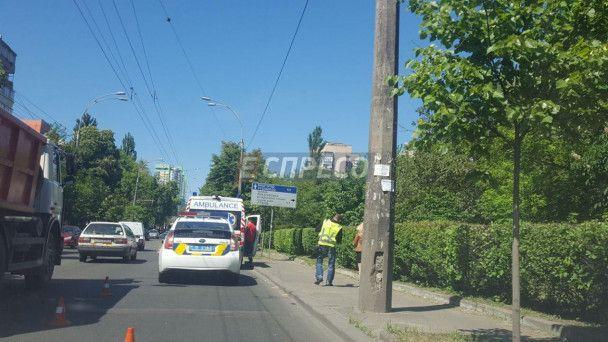 У Києві автомобіль із чоловіками напідпитку протаранив дерево