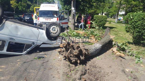 В Киеве автомобиль с мужчинами навеселе протаранил дерево