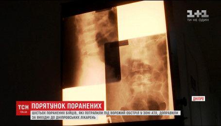 Медики Дніпра під мікроскопом прооперували 39-річного бійця, якому осколок прошив хребет