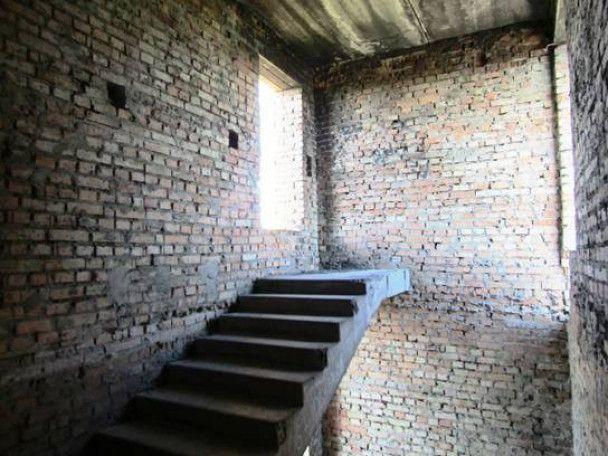 У Борисполі з даху недобудованої багатоповерхівки впав 13-річний школяр