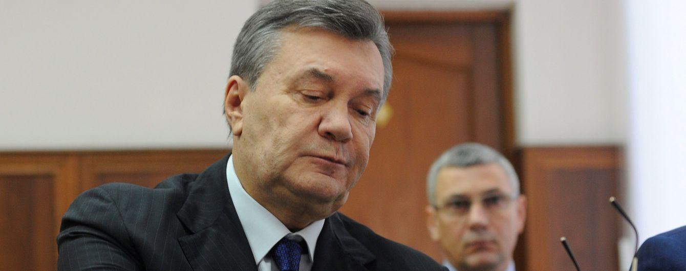 Прокуроры начали зачитывать обвинительный акт Януковичу без его виртуального присутствия