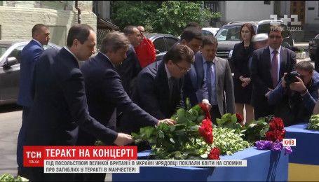 К посольству Великобритании в Киеве люди несут цветы и поминальные лампадки