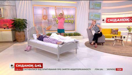 Фітнес-тренер Ксенія Литвинова показала комплекс вправ у ліжку