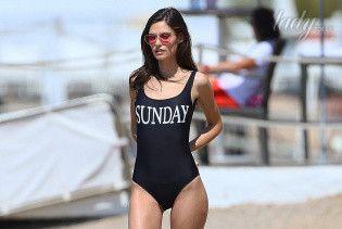 Выглядит отлично: Бьянка Балти в купальнике позировала на пляже в Каннах