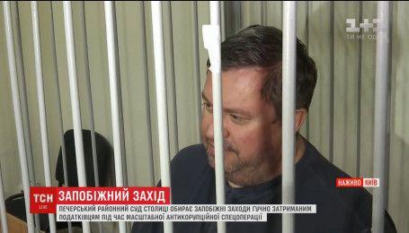 Пятерых задержанных налоговиков выпустили из зала суда под личное обязательство