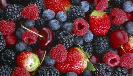 Первые летние ягоды и фрукты: 5 правил предосторожности