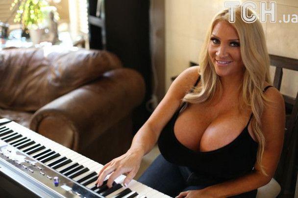 Американська модель збільшила груди до 34 розміру, щоб виглядати як Джесіка Реббіт