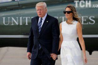 Президентське примирення: Меланія Трамп таки взяла чоловіка-президента за руку