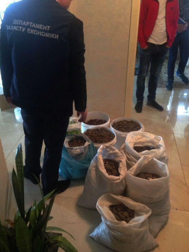 На Рівненщині поліція вилучила чималу партію бурштину на 2 мільйони гривень