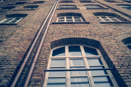 У Львові жінка викинулася з вікна 8 поверху, залишивши передсмертну записку