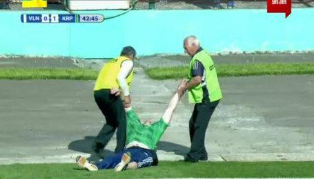 Під час матчу Волинь - Карпати нетверезий вболівальник вибіг на поле
